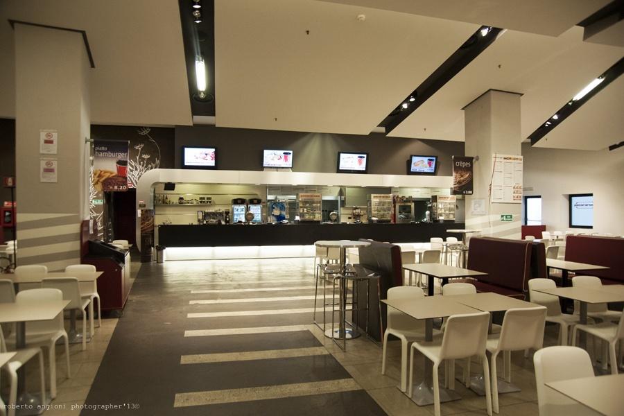 in un ambiente contemporaneo ampio e informale la cucina del pecorarosa pronta a soddisfare i gusti e gli appetiti di un pubblico giovane con pasti